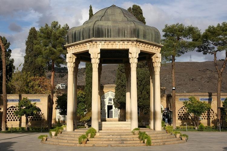 عکس آرامگاه خواجه شمسالدین محمد بن بهاءالدّین حافظ شیرازی